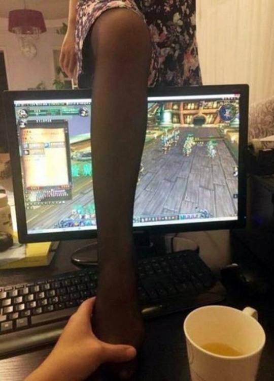 Фото прикол  про компьютерные игры, ноги и девушек