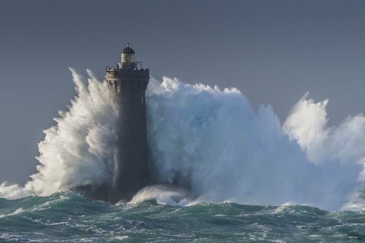 Фото прикол  про маяк, волну и шторм