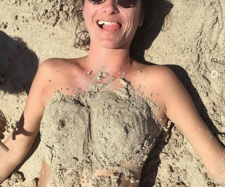 Фото прикол  про песок, женскую грудь и девушек