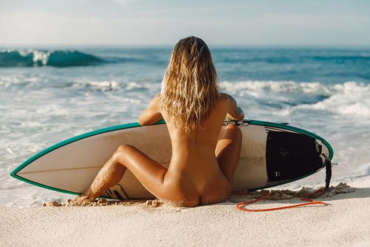 Фото прикол  про серфинг, блондинок, раздетых людей пошлый