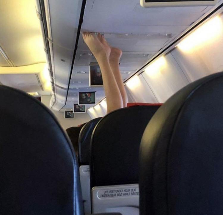 Фото прикол  про ноги и самолеты