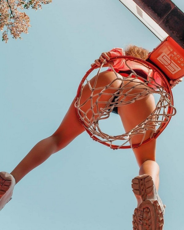 Фото прикол  про баскетболистов, блондинок и ягодицы